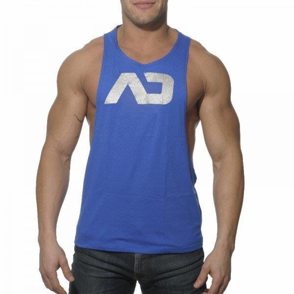 新款男時尚純棉男背心簡單字樣簡潔造型開襟紐扣健美背心呈現你的大胸肌~黑/白/藍3色~M/L/XL~每件229元