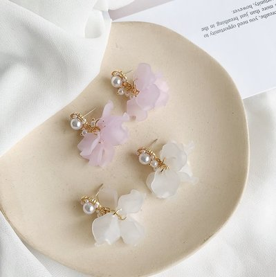 925純銀針系列 ✦ BAROCCO LA PERLA 珍珠花朵花瓣白花粉紫花穿孔式耳針式耳環 AC090519