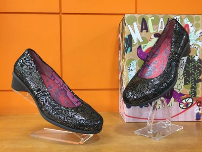 【阿典鞋店】**Macanna**麥坎納專櫃~葡萄牙公主系列~花毯炫銀牛羊皮混溚,各雙左右腳不同壓花,淑女鞋15223F