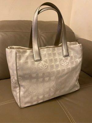 二手精品便宜出售 CHANEL 銀色 旅行帆布  肩背包 媽媽包 托特包 也可以當購物袋,可以放電腦文件 休閒也可以背 高雄市