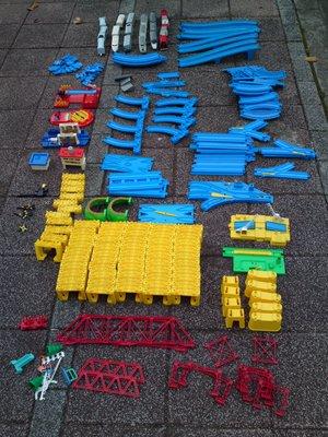 火車組-車體馬達需更換整理-軌道卡榫部份斷裂破損-《玩具類》- 部份零件散失,純以零件機出售(無保固、不回退)