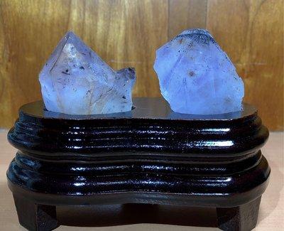 紫超七原礦一對-內包紫隠山-大角單牙-綠簾石共生帶黃椒花-附專用木座