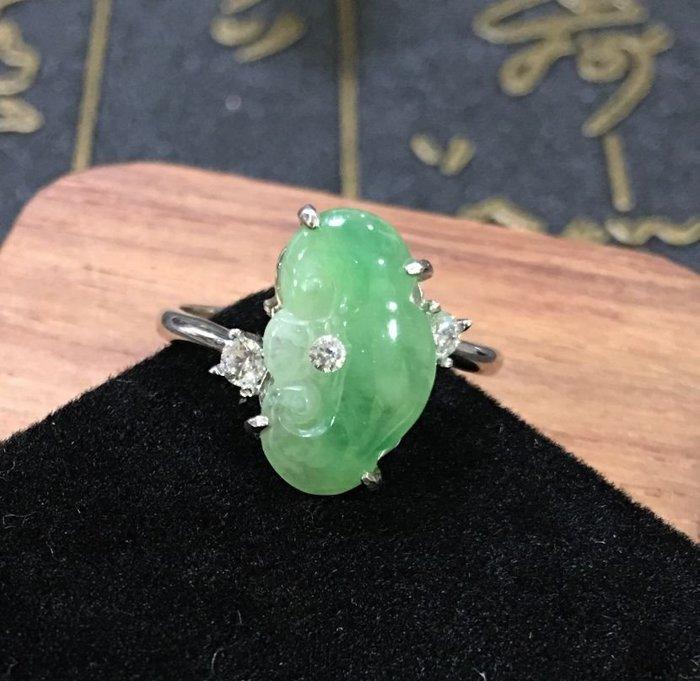 珍奇翡翠珠寶首飾-天然緬甸玉-冰種嬌青帶陽綠,冰透,放光,起膠   如意戒。925銀戒台(活圍)