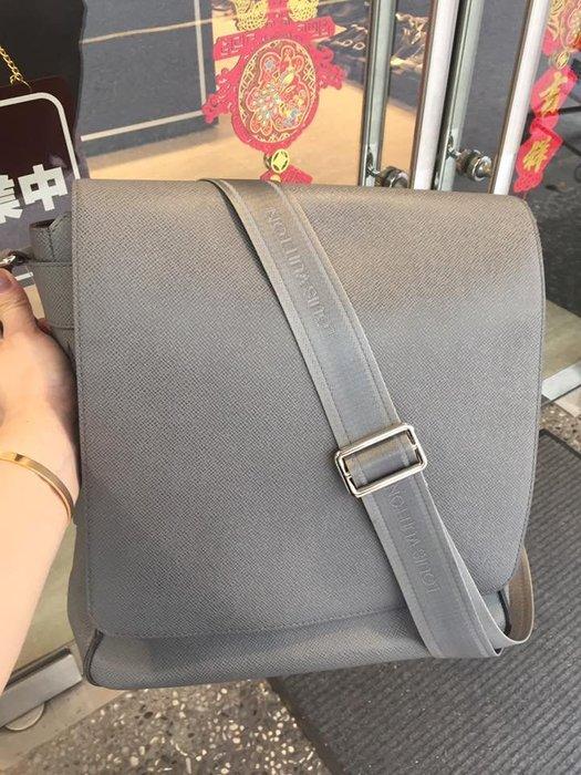 典精品名店  LV 真品 灰色 Roman taiga 直立 下蓋 斜背包 書包 ~ 現貨
