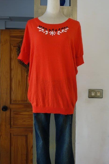 [C.M.平價精品館]均碼現貨只有一件出清特價/設計師精品專櫃原價1680元精緻手縫角珠百搭舒適紅色短袖針織上衣