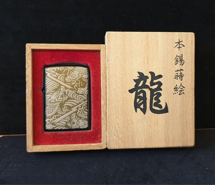 ONE*$1~日系*ZIPPO*本錫蒔繪2004《三龍*珍藏版 》黑鈦塗層*錫金屬雕刻