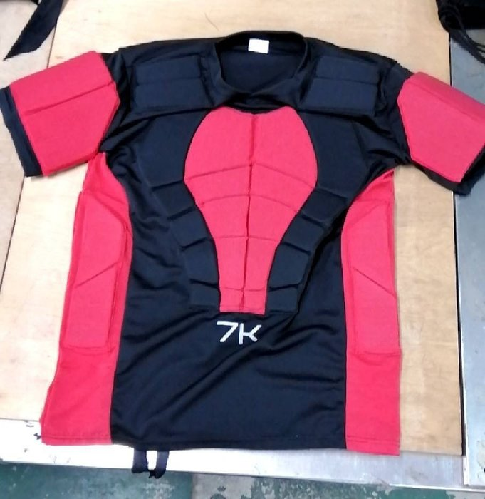 紅極一時口碑極佳的Reebok 7K直排護胸衣的復刻再強化版 比傳統護胸靈活 限量到貨50件 連同防摔褲一起買免運費優惠
