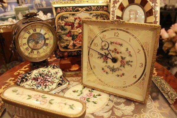 【家與收藏】賠本出清稀有珍藏歐洲百年古董英國古典手工刺繡銅浮雕古董機械桌鐘 7