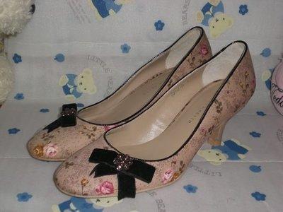 甜甜妞妞小舖 ☆ 真品  CHARLES&KEITH   帆布美瑰花蝴蝶結---圓頭高跟包鞋---6號