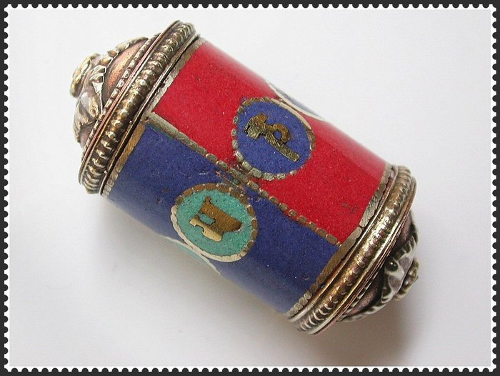 【雅之賞|藏傳|佛教文物】*特賣*尼泊爾 鑲青金紅珊瑚綠松三色六字真言轉經筒~Q998