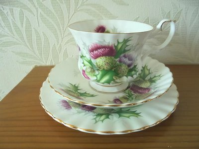 【達那莊園】Royal Albert皇家亞伯特 hightland thistle高原薊 英國製骨瓷器(限量) 茶杯盤組