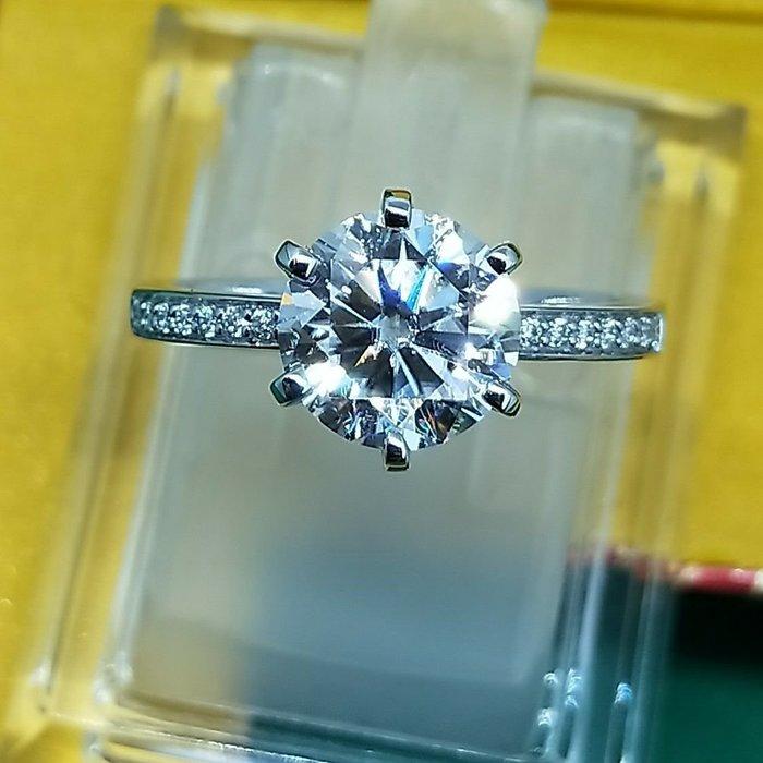 莫桑鑽寶極光1.5克拉莫桑石鑽戒真金18K求婚圓夢鑽石百年經典戒指T款六爪微鑲附證書保卡過測鑽媲美真鑽 免運費 購物愉快 有保障