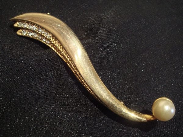 全新美國帶回,黃金色鑲鑽鑲珠造型別針胸針,非常細緻美麗!低價起標無底價!本商品免運費!
