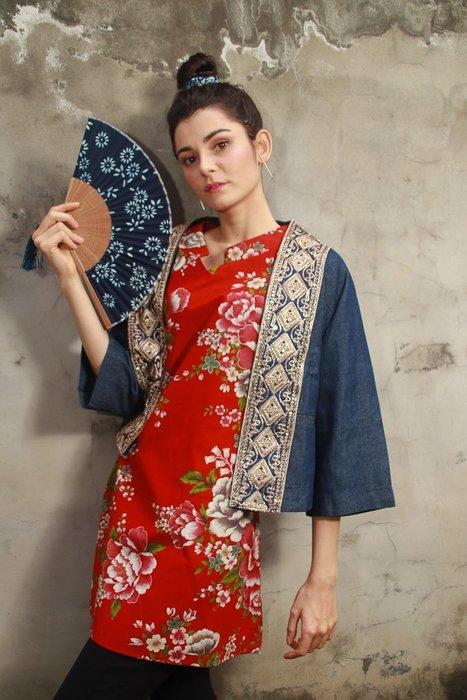 !!((臺灣藍Anewei))客家花布磚紅牡丹V領長衫/上衣~SML~另有暗紫油桐/牡丹款