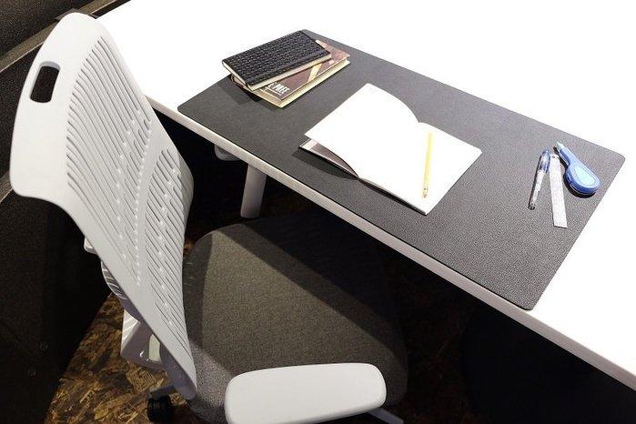 《瘋椅世界》小牛皮紋理TPU桌墊 耐汙、平整好書寫