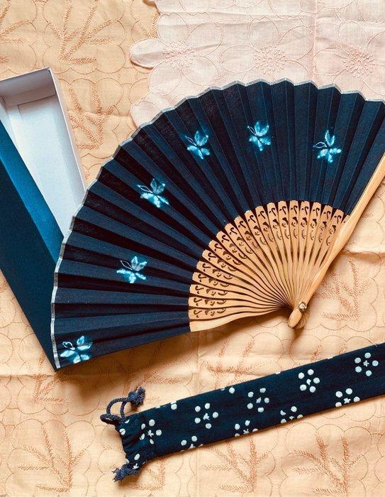 !中國藍Anewei藍染蝶戀花摺扇-手做-附扇套及禮盒
