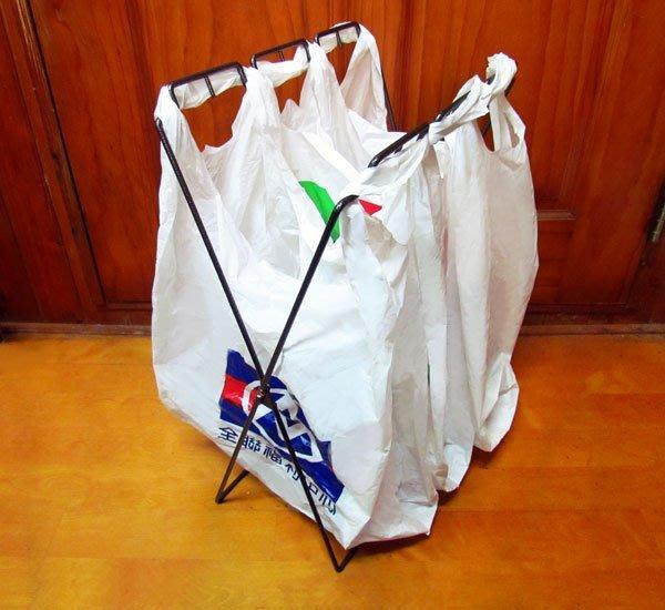 鐵製垃圾袋架,黑銀皺紋烤漆,美觀大方,可分類設計,購物廢棄塑膠袋均可二次利用!