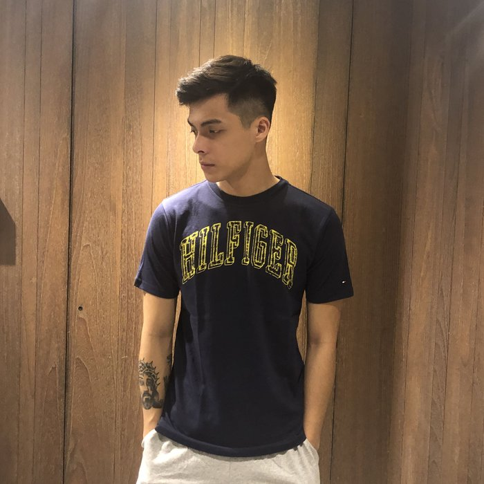 美國百分百【Tommy Hilfiger】T恤 TH 經典 印圖 logo T-shirt 短袖 深藍 XS號 H985