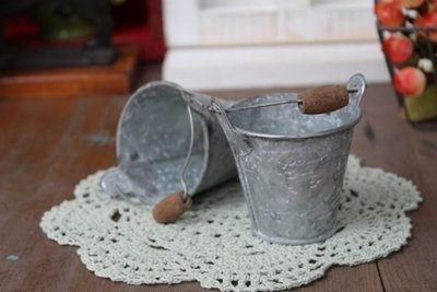 zakka糖果臘腸鄉村雜貨坊    雜貨類.復古舊化小鐵桶.馬口鐵木柄小提桶.水桶花器園藝裝飾配件.鄉村娃娃配件.植栽