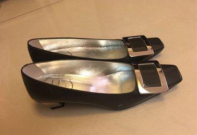 優雅部屋~Roger Vivier 鐵灰漆皮銀釦跟鞋 尺寸:37.5