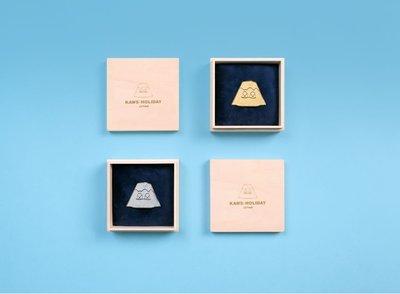 【Hills Select】KAWS:HOLIDAY JAPAN-別針(大)金/銀2入 日本站 富士山 限定