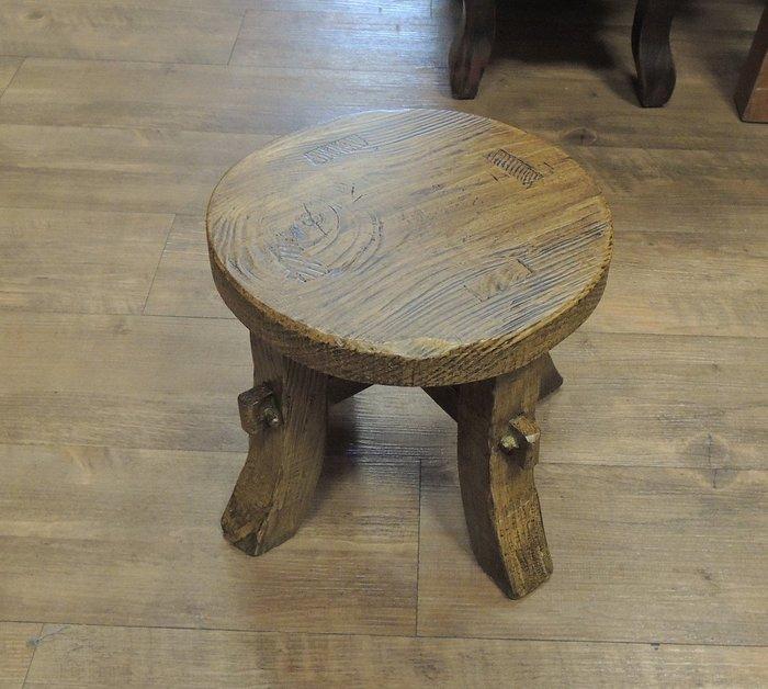 古趣南方松小圓凳 小板凳矮凳小椅子 用料厚實 椅面3公分厚 材質紋理有層次 較其他木質堅韌耐磨 耐濕