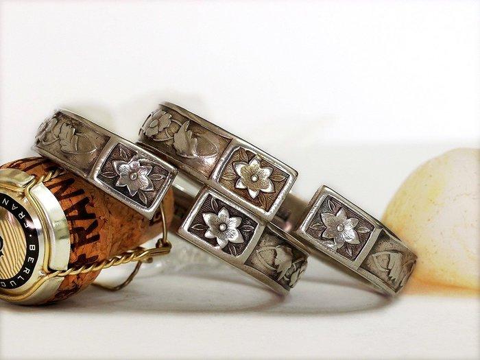銀囍古董銀飾*老銀手鐲 東北軌道開窗滿工花卉老銀鐲 藏品典藏