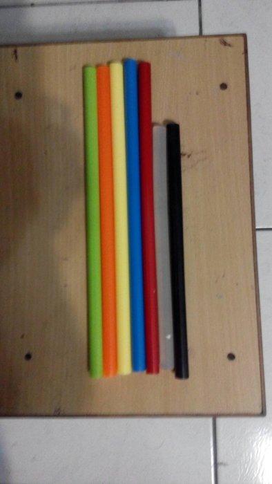 無可取代的彩色熱熔膠(黑.透明)--20公分長11公厘直徑每隻10元--於訂單註明顏色數量