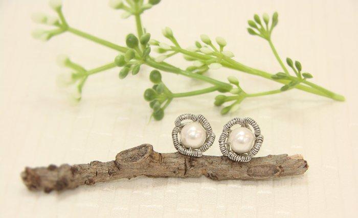 貼耳小花不銹鋼手作金屬盤線 白色水晶珍珠耳環˙Jill&Joe施華洛世奇水晶設計師˙信用卡超商可