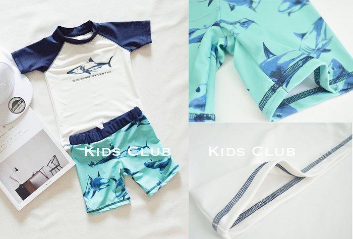 【Kids Club】5/8 歐美品牌夏季嬰兒寶寶兒童男童可愛拼接鯊魚圖案短袖游泳上衣印滿泳褲泳裝泳帽子-三件組