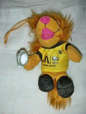 A.(企業寶寶玩偶娃娃)全新2006年麥當勞發行世足吉祥物Goleo小獅子絨布公仔吊飾(黃衣)!