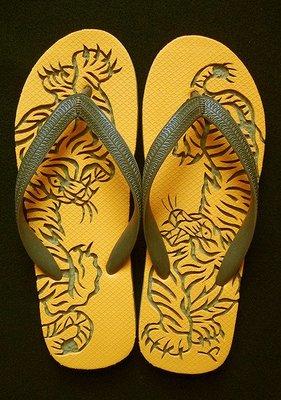 休閒鞋海灘鞋夾腳拖鞋涼鞋像版畫模板又似木雕刻的橡膠雕刻文創藝術品016【心生活美學】