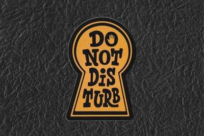 PVC防水貼紙 請勿打擾門牌 DO NOT DISTURB 爆炸貼 行李箱 滑板 嘻哈 旅行箱 電腦 滑雪板 A565