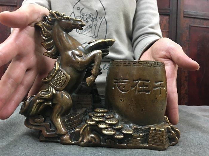 寶奇屋   老件銅器/銅雕/黃銅雕/馬件雕置物筆筒/ 藝術擺件/有底款/精品收藏/