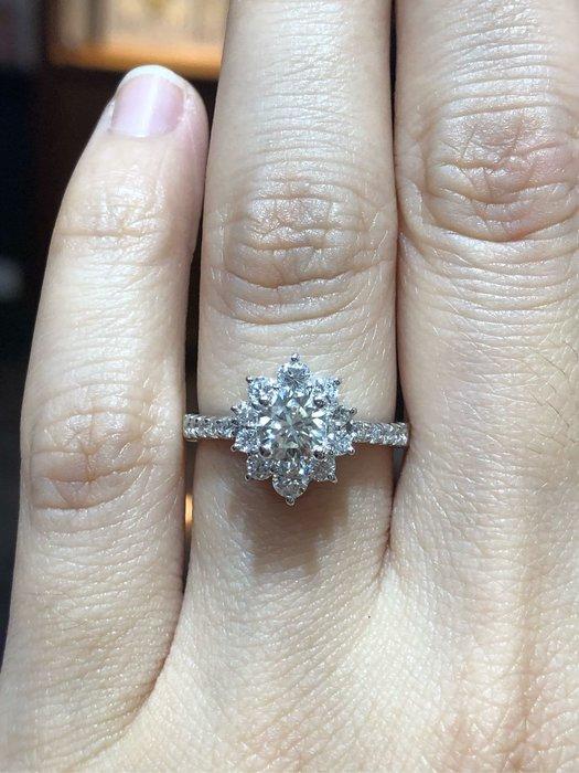 總重1.20克拉天然鑽石戒指豪華配鑽規格,主鑽61分,放大2克拉視覺款式,出清賠本價48800只有一個要買要快,還可3期分期,買到真的賺到