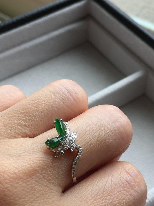 冰綠隨形設計款18K+真鑽飛舞中的蝴蝶~