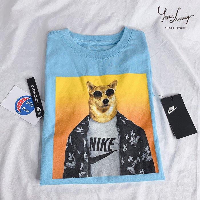 【Luxury】現貨 Nike Sportswear Shiba 柴犬Bodhi 墨鏡柴犬 Print Tee 天藍