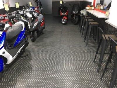 美的磚家~YAMAHA各大機車行工業風黑鋼立體浮雕金屬鐵板塑膠地磚塑膠地板45cmx90cm3.0m/m每坪只1750元