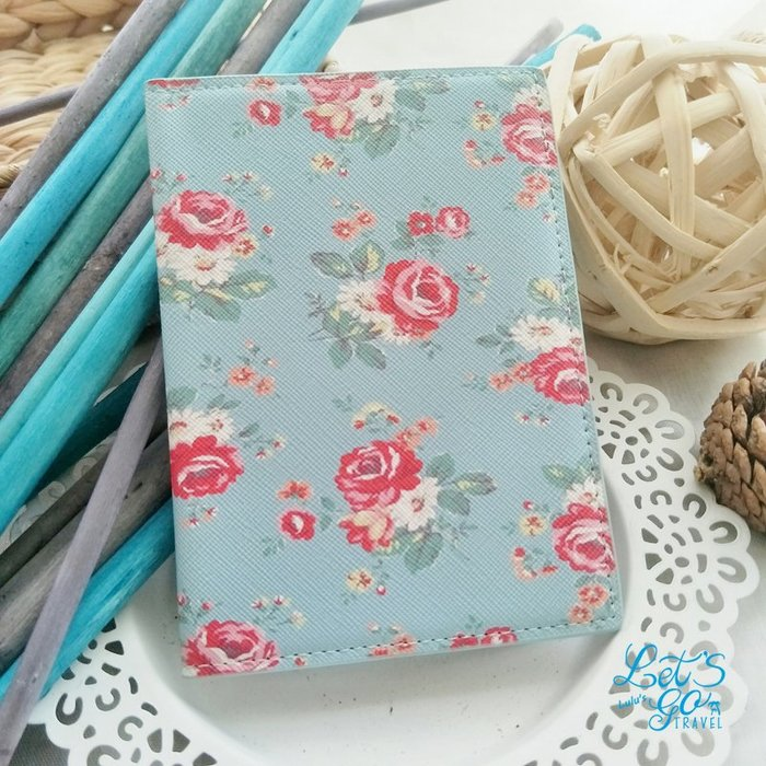 護照套 ❉︵ 歐美鄉村風格PU皮玫瑰印花護照夾 ︵❉ 水藍玫瑰花。Let's Go lulu's。BC22