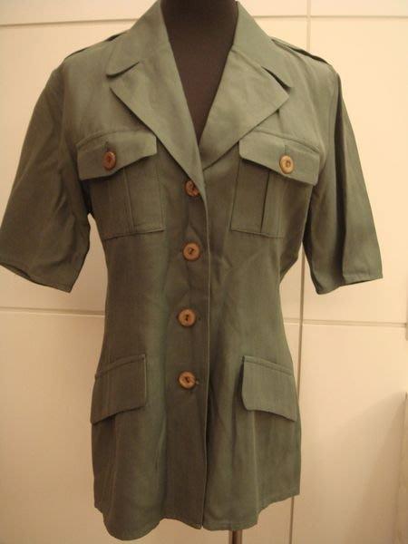 大降價!全新從未穿過的英國名牌 WALLIS 軍裝式橄欖綠上衣,可單穿可當外套,低價起標無底價!本商品免運費!
