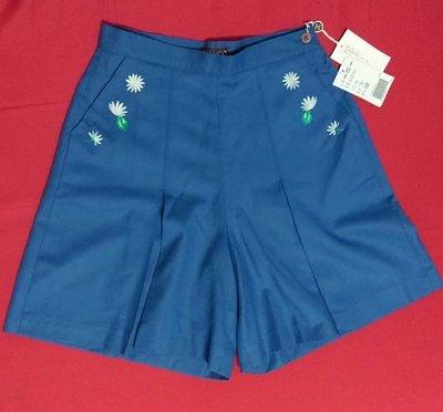 全新(出清)意大利精品 MONSS 意大利製。湛藍色小菊花刺繡純羊毛中高腰式褲裙,側開拉鍊無內裡,尺寸意大利44碼,無彈性,前有2個口袋。實物很精緻 Kenzo