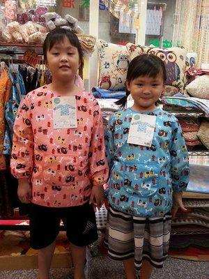 三寶家飾~ 尺寸:S~M小朋友 兒童加大圍裙 圍多反穿衣,塗丫,畫畫課,美勞課,防潑水,~共四色~