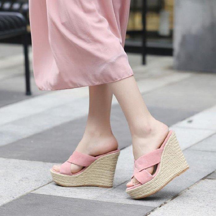 涼鞋 拖鞋 新款夏天楔型涼女交叉款一字草編厚底高跟外穿防水臺 WN8 5433