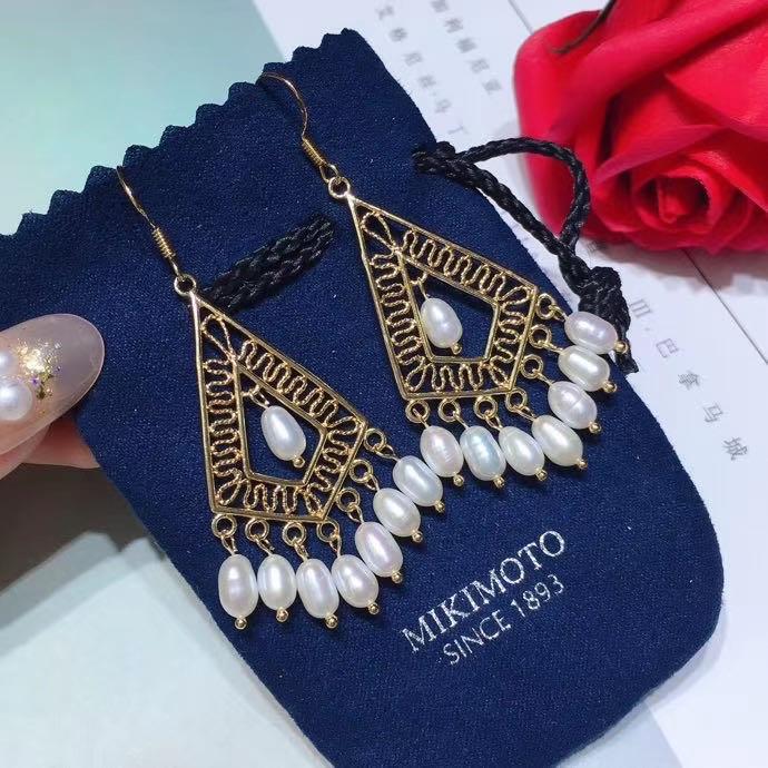復古款美人耳鉤,天然珍珠耳鉤時尚感非常強,採用高品質珍珠,甄選光澤度好的,皮光好,18k包金鑲嵌,仙氣十足,真的美到骨子裏啦!