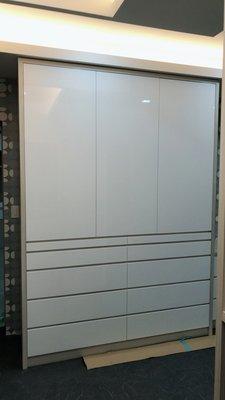 《家居櫃族–專業系統櫃訂製》康茂德 迷幻烤白多層收納衣櫃