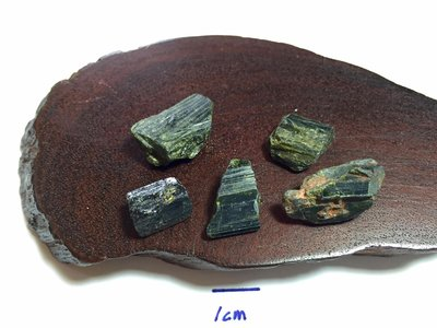 【Texture & Nobleness 低調與奢華】礦物展區 原礦 標本 -綠簾石-10.52克