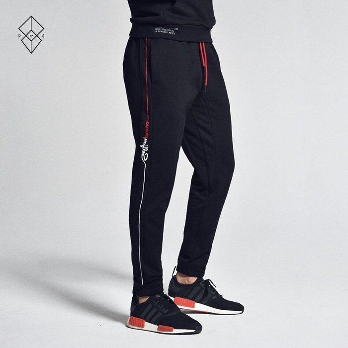 【OTOKO Men's Boutique】固制:側邊流線LOGO針織純棉長褲/黑色(台灣獨家代理)