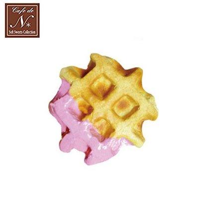 含稅 日本正版 格子鬆餅 草莓款 捏捏吊飾 吊飾 捏捏樂 軟軟 CAFE DE N SQUISHY【618252】