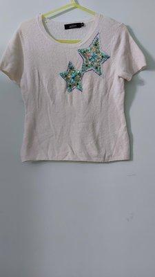 (搬家大出清)專櫃品牌 KUDA 白色雙星圓領短袖針織恤衫。尺碼 M 碼 jil agnesB  黃淑琦 sha 新北市