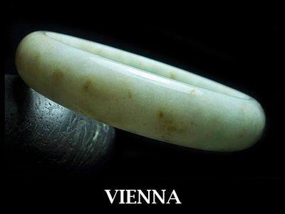 《A貨翡翠》【VIENNA】《手圍19.7/14mm版寬》緬甸玉/冰種白細焦糖蜜花/玉鐲/手鐲Q*059